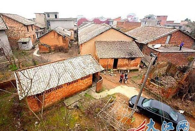 Vyrástol v dedinke Xiongkeng v južnej Číne, kde ľudia žili v skromných chatkách pri cestách plných blata.
