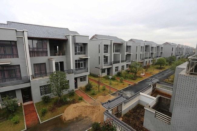 Čínsky obchodný magnát sa na prejav vďačnosti rozhodol zbúrať všetky chatrče v obci a nahradiť ich luxusnými apartmánmi. A to všetko zadarmo.