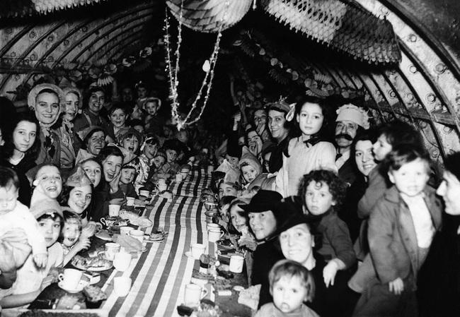 Deti v Londýne oslavujú Vianoce v podzemnom kryte (1940).
