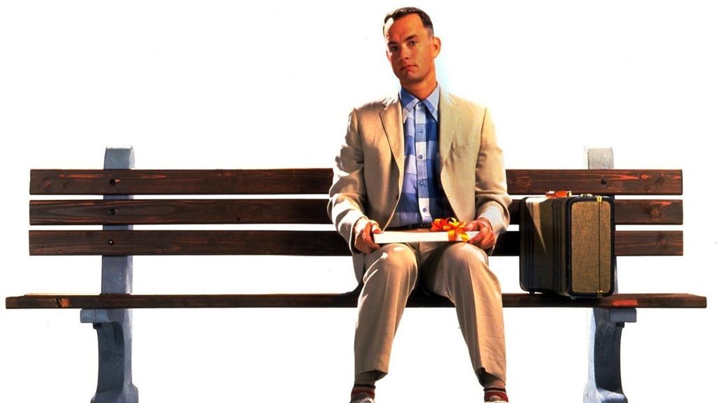 Vo filme zohrala veľmi dôležitú úlohu aj lavička, na ktorej Forrest rozpráva svoj príbeh. Pôvodne sa nachádzala v meste Savanah, tento rok bola predaná v aukcii za 25 - tisíc dolárov.