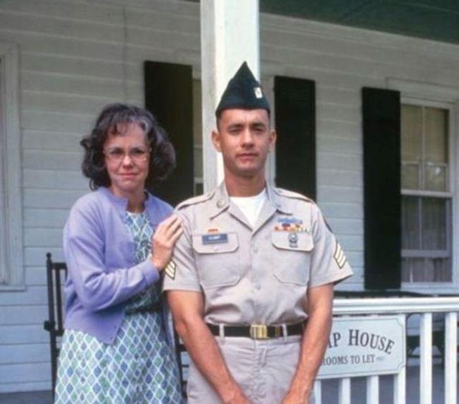 Na každej fotografii, ktoré sa objavili vo filme mal Forrest privreté oči. Bol to zámer, ktorý mal vystihovať jeho nekompletnosť.