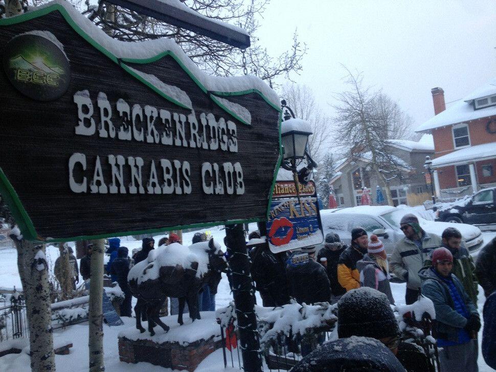 Ľudia stoja v radoch aby si mohli kúpiť marihuanu v štáte Colorado, tesne po tom, čo sa stala legálnou. Január.