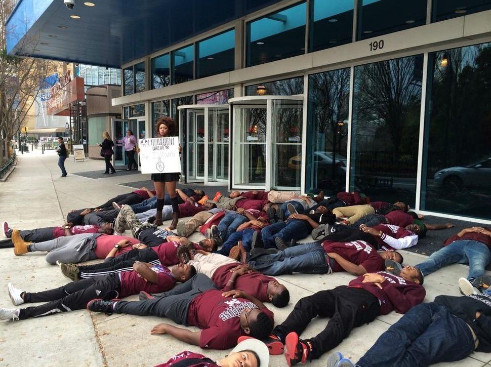 Študenti sa zúčastňujú demonštrácie, po smrti Erica Gardnera, ktorého zabili policajti, a bolo voči nim zastavené trestné stíhanie. November.