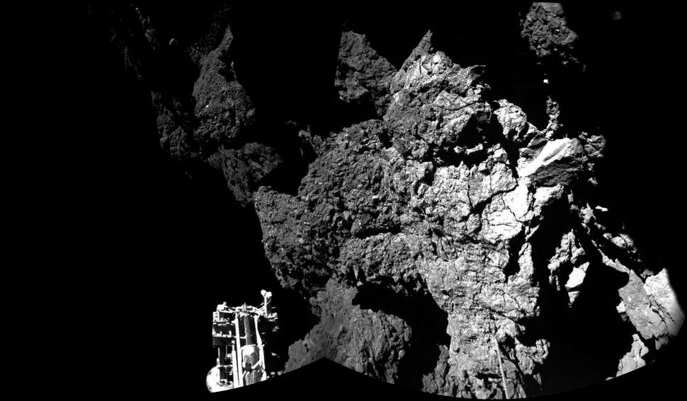 Fotografia lode 67P / Churyumov-Gerasimenko ktorej sa podarilo pristáť na kométe. Precestovala 3 bilióny míľ aby mohla pristáť na tejto 2,5 míľ veľkej kométe. November.
