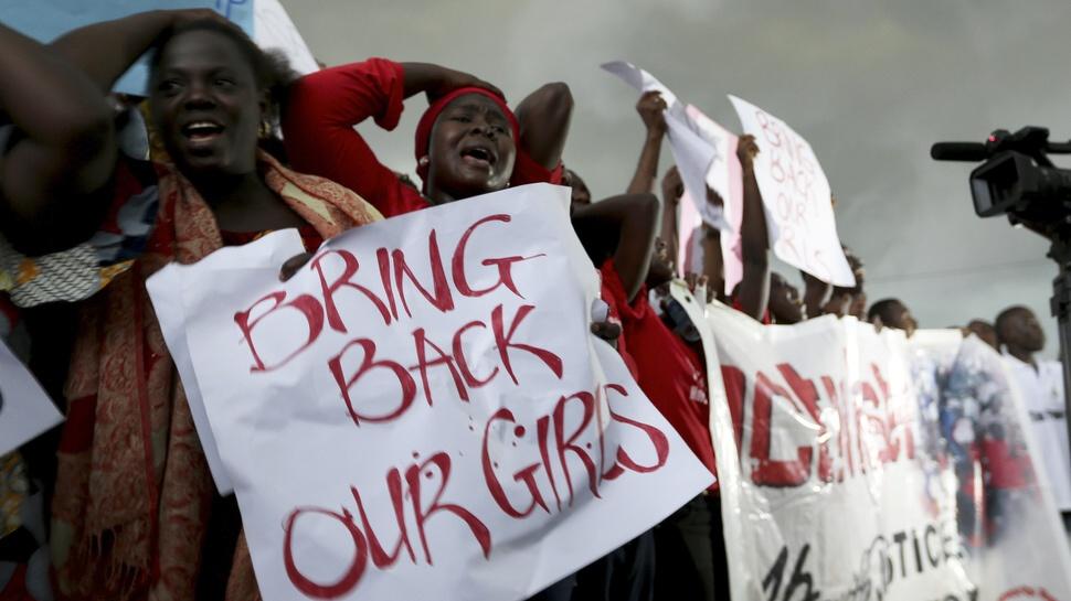 """Po únose 276 dievčat zo školy v Nigérii militantnou skupinou, sa táto informácia rozšírila do sveta s kampaňou """"Vráťte nám naše dievčatá""""."""