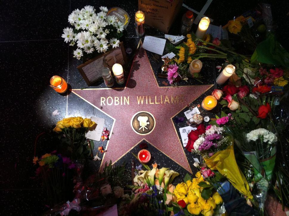 Hviezdu Robina Williamsa na chodníku slávy zdobia kvety a sviečky po jeho smrti v auguste.