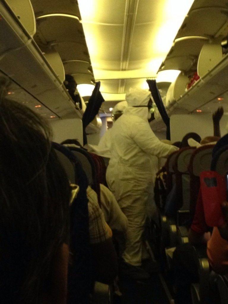 Letušky letu zo západnej Afriky sú kompletne oblečené v ochrannom výstroji kvôli Ebole. Tá nakazila vyše 17 - tisíc ľudí a zabila ich vyše 6500.
