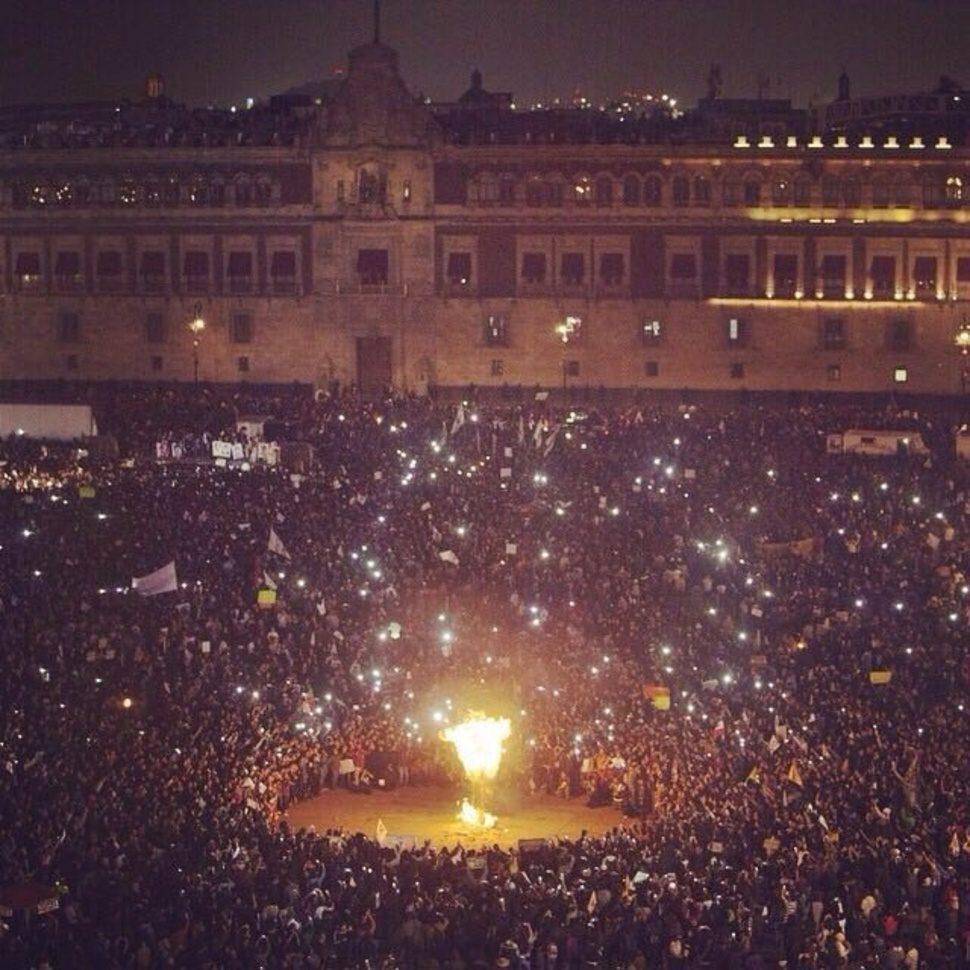 Demonštrácia ľudí v Mexico City po tom, čo bolo unesených a zabitých 43 študentov skorumpovanou políciou a drogovým kartelom. November.