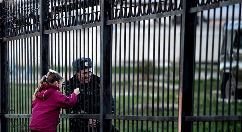Ukrajinský vojak, uväznený vo svojej základni v ruskom Kryme a návšteva jeho dcéry. Marec.