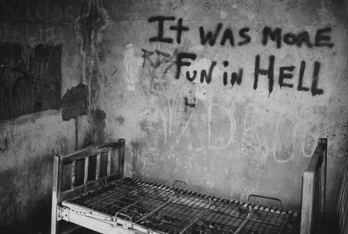 """Jeden pacient tam vraj zabil inú pacientku, rozštvrtil ju a rozniesol po celom objekte. Ďalšia pacientka sa hrala so zubami obete. Opatrovatelia tam pacientov bili, dávali im elektro-šokové terapie či zatvárali na dlhodobé samotky. Liečebňa dostala prezývku """"Skutočný dom hrôzy"""". Zatvorila sa po obhliadke v roku 1990."""