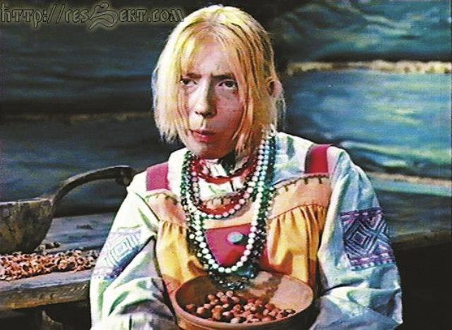 Kvôli úsporným opatreniam boli jablká nahradené cibuľou. Tú jedla aj Marfa v slávnej scéne, v ktorej čaká pod smrekom na Mrázika.
