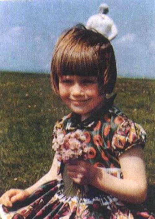 Jim Templeton bol so svojou dcérou na lúke. Pofotil si ju a keď snímky vyvolal, na jednej z nich sa mu naskytol tento pohľad. Za jeho dcérou je nejaká neznáma postava, ktorá vyzerá ako kozmonaut. Jim hovorí, že s nimi v vtedy na lúke nebol vôbec nikto. Spoločnosť Kodak túto fotku preverila a potvrdila, že nebola nijak upravovaná. Jasné. Jim si to mohol vymyslieť, ale na fotke sa nesnažil zarobiť, takže nemal veľkú motiváciu klamať, či?