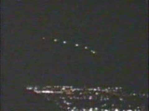 Nad mestom Phoenix sa v roku 1997 niekoľkokrát objavili neidentifikovateľné svetlá, ktoré videlo vyše tisíc ľudí z mesta. Americká armáda vravela, že druhá séria svetiel boli svetlice vypustené z lietadla A-10 Warthog pri cvičení. Ale čo prvýkrát? A tie ostatné?