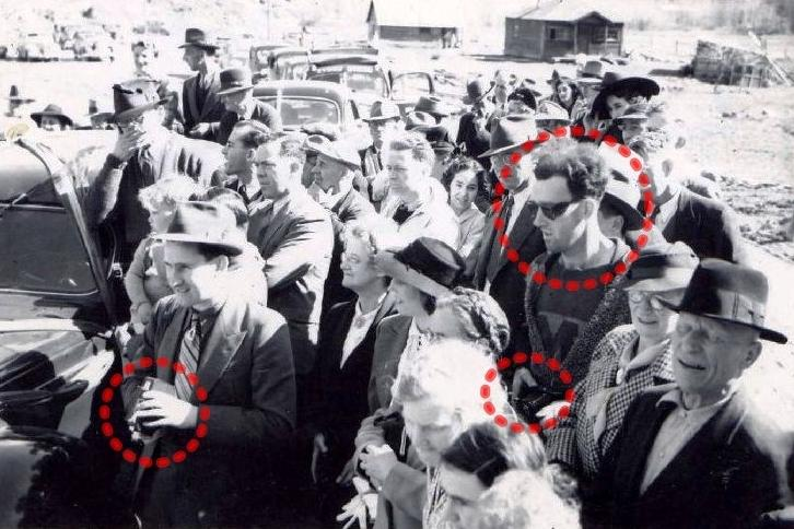 Táto fotografia vznikla v roku 1941. Zakrúžkovaný chalan však vyzerá ako z dnešnej doby. A tak isto foťáky. Na ľavo má pán v klobúku foťák, presne taký, aké v tej dobe existovali. Foťák, ktorý drží chalan, však vyzerá ako dnešná zrkadlovka. Cestovanie v čase?