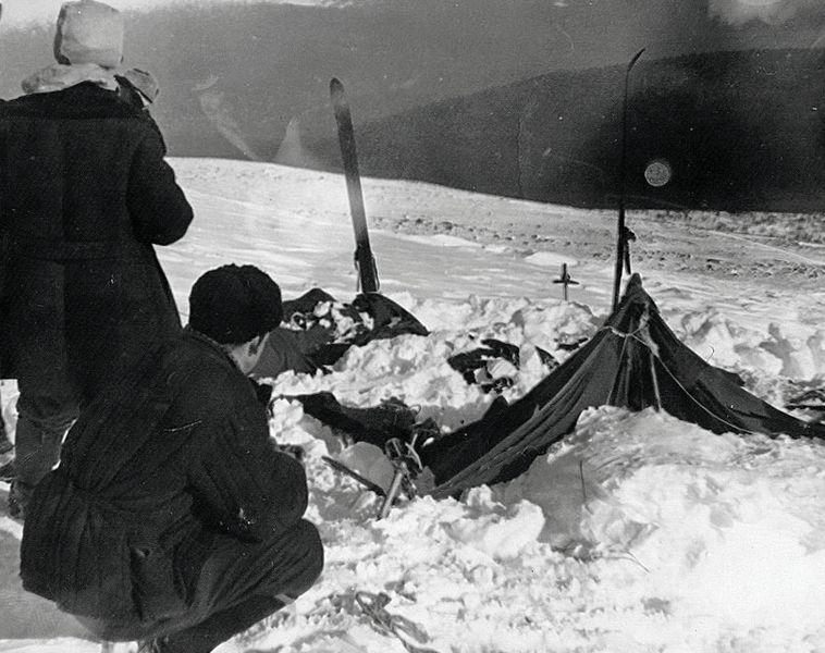 Dodnes nevie nikto, prečo zomrelo 9 skúsených horolezcov v Urale. Smrť nebola nikdy objasnená. Vyšetrovatelia zistili, že stan bol roztrhnutý zo vnútra, a horolezci začali utekať bosí, niektoré holí pri teplote -30°C. Napriek tomu, že na svojom tele nemali známky súboja, mali niektorí rozrazené lebky, polámané rebrá a jeden horolezca nemal jazyk. Testy naviac ukázali, že ich oblečenie malo zvýšenú prítomnosť radiácie. Vyšetrovatelia teda prišli k záveru, že ich zabila spontánna sila. Aká?