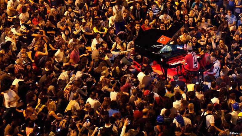 Davide Martelo sa práve nachádzal v bulharskej Sofii počas svojho celosvetového turné, kedy televízne noviny z celého sveta zaplavili zábery z tureckých protestov spojené s násilím. Na druhý deň sa už tento taliansky klavirista vybral do Istanbulu a usadil sa na námestí Taksim. Uprostred protestov hral 3 noci po sebe a dokonca dal aj 13 hodinový klavírny maratón. Ako sám povedal, bolo pre neho potešením zdieľať svoje pocity s ľuďmi, ktorí zabudli na protesty a vychutnávali si hudbu. Začínal si uvedomovať, že práve umenie a teda aj hudba, môžu zmeniť mnohé situácie k lepšiemu a zastaviť násilie.