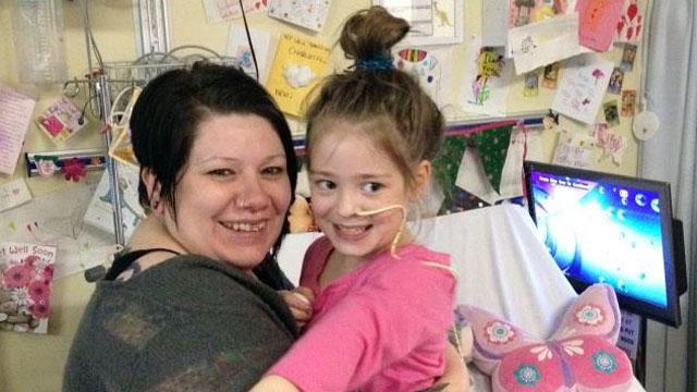 7-ročná Charlotte Neve pozerala so svojou mamou a sestrou DVD, keď v tom dostala mozgovú porážku. Po dvoch operáciach, ktoré mali zabrániť krvácenie v mozgu, upadla Charlotte do kómy. Doktori odkázali jej mame, nech sa pripraví na to najhoršie. Keď sa s ňou išla poslednýkrát rozlúčiť a dať jej posledné objatie, začala v rádiu hrať pesnička od Adele, Rolling in the Deep. Tú si zvykli spolu spievať. Mamina ju začala spievať jej spiacej dcérke, kedy sa zrazu Charlotte usmiala. Do dvoch dní začala hovoriť, zaostrovala farby a vedela vstať z postele. Postupne sa opäť naučila chodiť a čiastočne sa jej obnovil zrak.