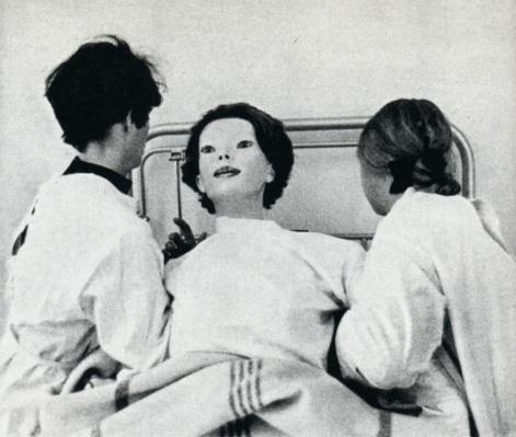 V roku 1972 sa vo dverách nemocnice Cedars-Sinai v Los Angeles objavila žena, ktorá sa však podobala skôr na figurínu ako na skutočnú ženu. Bola oblečená v bielom rúchu, ktoré bolo zakrvavené a v ústach zvierala mŕtve mača. Zdravotníci, ktorí prišli do styku s touto ženou povedali, že sa jej nemohli do očí pozerať viac ako pár sekúnd. Cítili sa pri tom veľmi zvláštne a skľúčene. Žena nemala pri sebe doklady, takže nikto nevedel, odkiaľ prišla. Niektorí lekári sa domnievali, že mohla utiecť z nejakého tajného genetického laboratória, pretože od bežnej ženy mala veľmi ďaleko. A prečo Boh v ženskom tele? Vyhlasovala to o sebe...