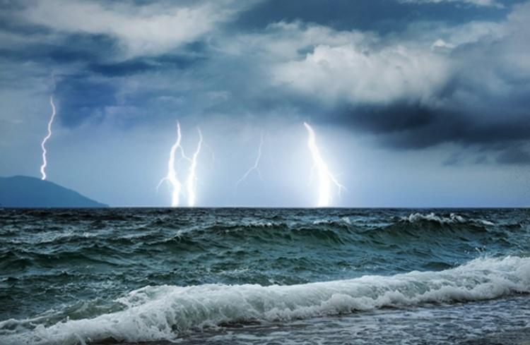 Po rôznych meraniach magnetizmu v oblasti bolo zistené, že jeho hladina je na niektorých miestach pomerne vysoká. Zvýšený magnetizmus ovplyvňuje fungovanie elektroniky a kompasov (strelka neukazuje severný magnetický pól alebo sa otáča), čo by vysvetľovalo prečo tu lode často blúdia. Taktiež aj počas silných búrok tu vyvolávajú blesky. Po týchto zisteniach sa začali objavovať rôzne teórie o tom, že ešte v dávnej minulosti tu spadla kométa, ktorá vyvolala zvýšenie magnetizmu. Iné, fantastické teórie, hovoria dokonca až o tom, že silný magnetizmus strhne lode a lietadlá hlboko pod hladinu a posádku roztrhá.