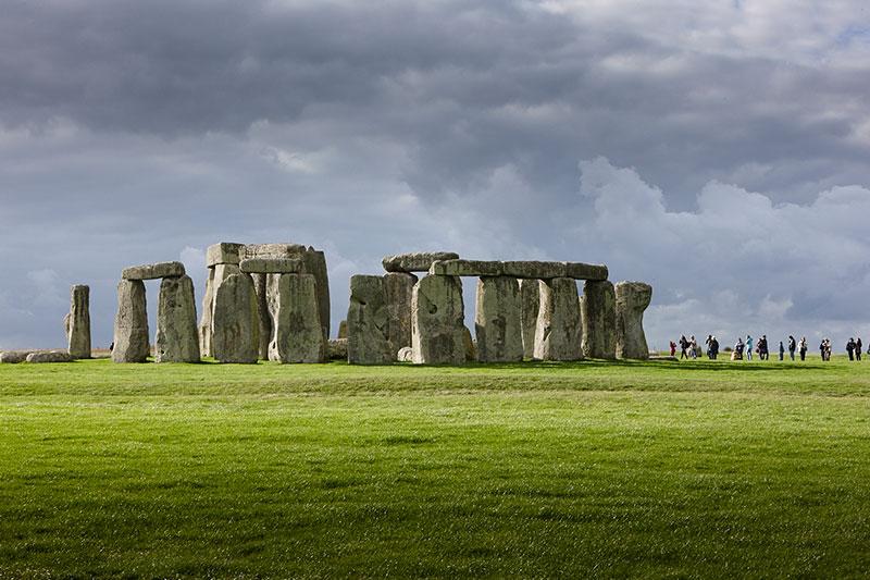 Stonehenge (čítaj stounhendž) je kamenná stavba postavená v mladšej kamennej dobe a používaná až do doby bronzovej. Sú to najstaršie slnečné hodiny. Stavba je situovaná v blízkosti mestečka Amesbury v anglickom grófstve Wiltshire, asi 13 km severozápadne od Salisbury. Pozostáva z priekopy, ktorá je obkolesená štruktúrou z kamenných blokov, ktoré sú opäť obkolesené viacerými kruhmi pozostávajúcimi z kameňov. Oba najnápadnejšie kamenné kruhy sú pritom vonkajším kruhom z kamenných pilierov, na ktorých sú položené ďalšie kamene ako trámy. Rovnako ako aj vnútorná štruktúra v tvare podkovy z pôvodne piatich trilitov (po dve nosné kamene, na ktorých je položený krycí kameň – trám)