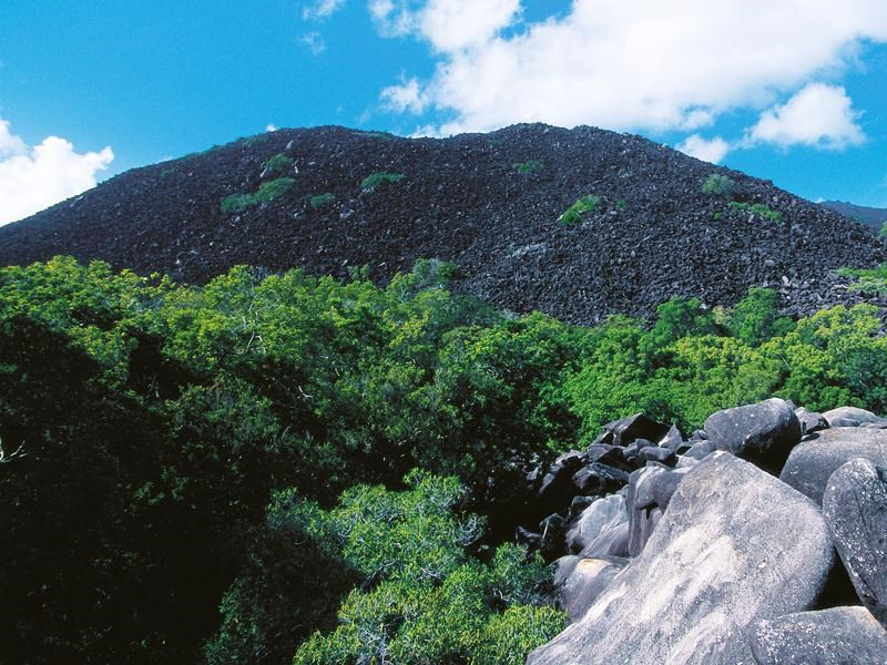 Záhada hory Kalkajaka, ktorá sa nachádza v Austrálii spočíva v smrti. Celá hora sa skladá z tmavých žulových kameňov, a aj preto má prezývku Čierne hory. Pôvodní obyvatelia ale aj zvieratá sa tomuto miestu vyhýbajú. Nachádzajú sa tu však také druhy živočíchov, ktoré nikde inde na svete nenájdete. Hora je opradená mnohými legendami už z čias austrálskych aborigéncov. Z archívov polície sa dá dočítať, že sa tu v roku 1972 stratili traja muži, po ktorých nezostala žiadna stopa. Ďalší záznam je z roku 1977 o nosičovi menom Grayner. Vydal sa tam hľadať stratený dobytok, no stratil sa tam aj on. Nevyriešených prípadov stratených ľudí je mnoho, otázkou zostáva, či vôbec budú niekedy vyriešené.