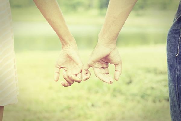 Dr. Arthur Aaron sa pokúšal urobiť experiment zamilovania sa. V roku 1996 náhodne spároval 33 žien a mužov. Páry sa stretli a odpovedali na 36 otázok. Potom sa 4 minúty pozerali do očí. Po experimenti boli ľudia milo prekvapení, veľa sa ich zaľúbilo a jeden pár mal neskôr dokonca svadbu.
