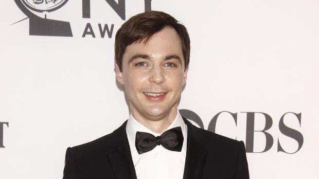 Sheldon bol v seriáli známy tým, že miloval Star Trek. Herec Jim Parsons, ktorý ho stvárňuje, však Star Trek nikdy v živote nevidel. Ako sám uviedol, napriek tomu, že ho stvárňovať Sheldona naozaj baví, ich povahy sú úplne odlišné.