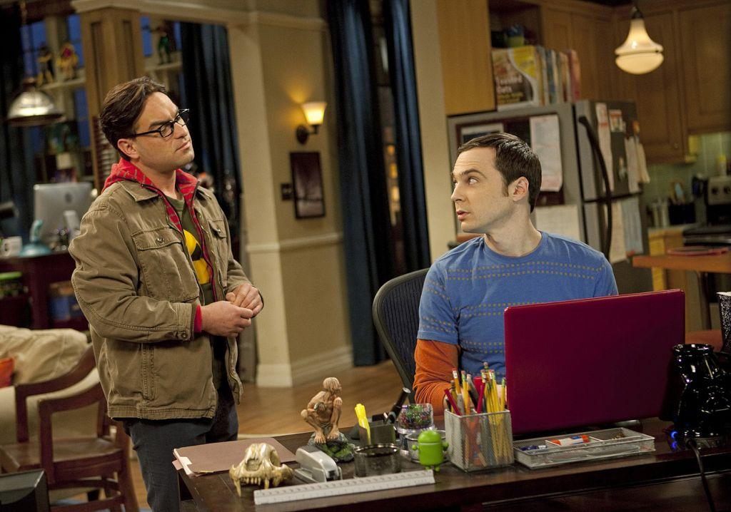 Dve hlavné postavy, Sheldon a Leonard, boli pomenované podľa známeho amerického producenta Sheldona Leonarda, ktorý zomrel v roku 1997 vo veku 89 rokov.