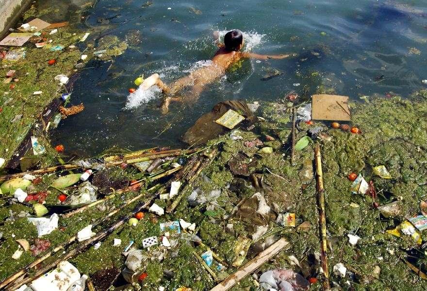 Dieťa pláva v nádrži plnej odpadkov, Pingba.