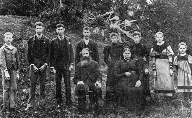 26. december 1898. Mladý Michael Murphy a jeho dve sestry zmizli. Matka poslala svojho zaťa, aby ich našiel. Všetky štyri telá boli na druhý deň nájdené mŕtve a usporiadané v tajuplnom trojuholníku. Zločin nebol nikdy vyriešený.
