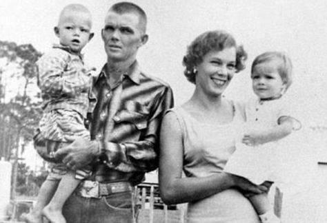 """Florida 1959. Rodina Walkerových prichádzala na svoju farmu, keď počuli výstrel a boli zavraždený. Jeden muž sa k činu prizna ale polícia mu neuverila, pretože bol patologický klamár. V roku 2012 polícia zistila, že vražda je podobná ako dielo spisovatela Truman Capote """"Cold Blood""""."""