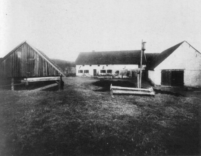 29. marec 1922. Andreas Gruber si všimol zvláštne veci okolo jeho farmy, kde žil so svojou rodinou. Všimol si neznáme stopy vedúce z lesa do farmy, hluk v podkrový a zväzok kľúčov sa stratil. V tú osudnú noc bola vyvraždená celá Andreasová rodina vrátane vnukov. Nikto nebol nikdy obvidený.
