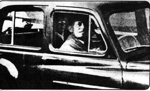 Mabel Chinnery navštívila jedného dňa v roku 1959 hrob svojej matky. Mala zo sebou fotoaparát aby nafotila hrob svojej matky. Keď prichádzala k autu, v ktorom ju jej muž čakal sám, nečakane ho odfotila. Keď film vyvolala, zistili, že v aute sám nesedel. Mabel hneď na fotografii rozpoznala neznámu osobu, ako svoju matku. Fotografický expert, ktorý fotografiu skúmal zistil, že fotografia nie je zmanipulovaná a zistil aj to, že fotografia nebola odfotená takzvanou dvojitou expozíciou.