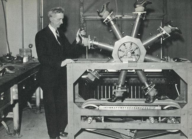 Stroj na chôdzu. Používal sa v National Bureau of Standards na testovanie opotrebovania obuvi. Fotka pochádza z roku 1937.
