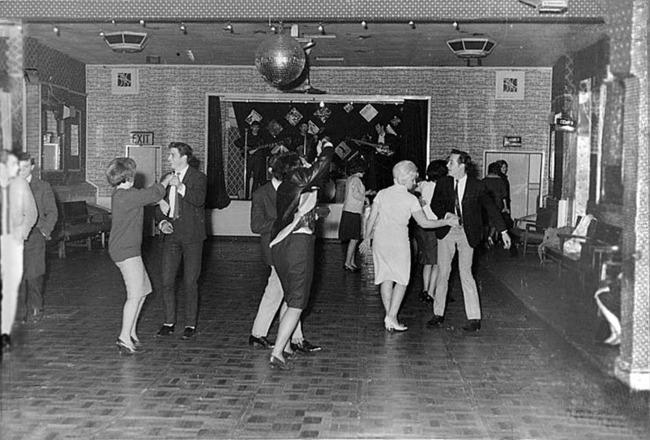 Skupina The Beatles hrá v klube Aldershot pre 18 ľudí rok predtým, ako sa preslávila.