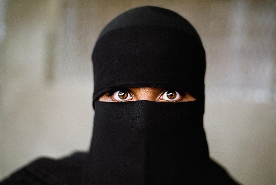 Oči sú zrkadlom duše, rozprávajúce vlastný príbeh. Moslimská žena oblečená v tradičnom hijab-e.