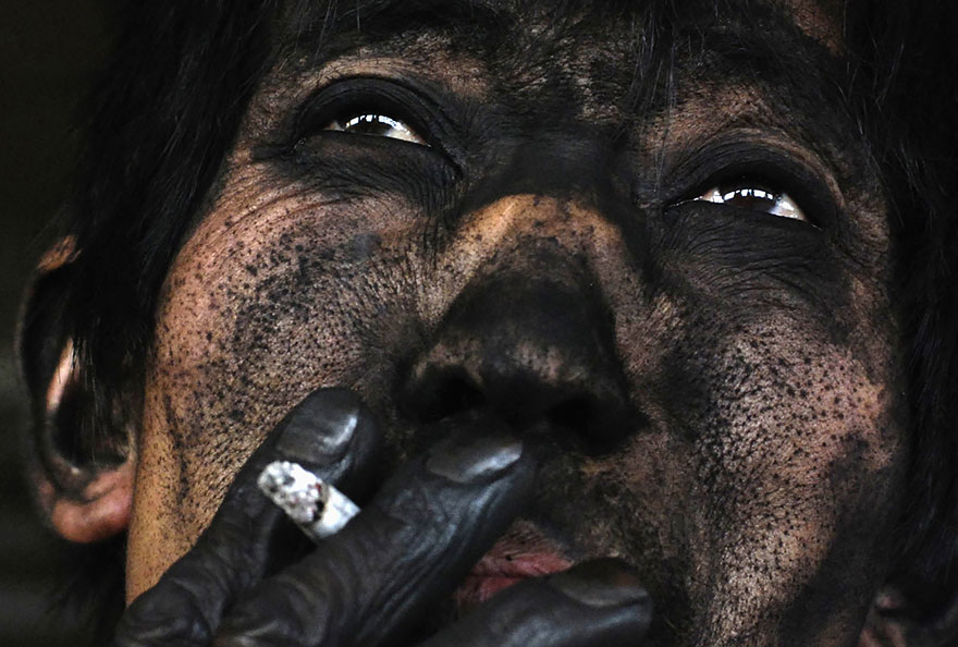 Baník fajčí svoju cigaretu po skončení šichty v Changzhi.