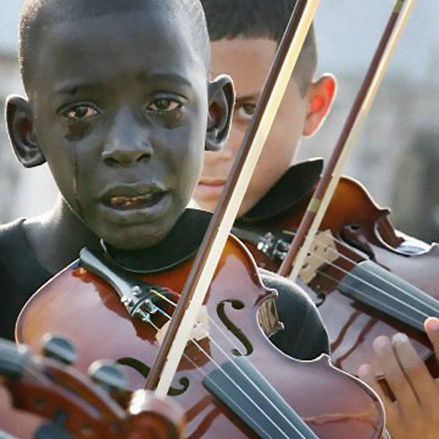 12 ročný Brazílčan Diego Frazao Torquato hrá na violu na pohrebe svojho učiteľa.