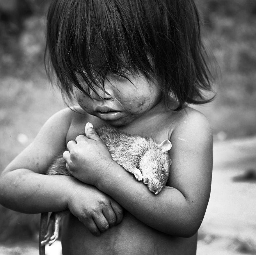 Maličká Guaraníjčanka drží pevne svojho potkana, ktorý zomrel.