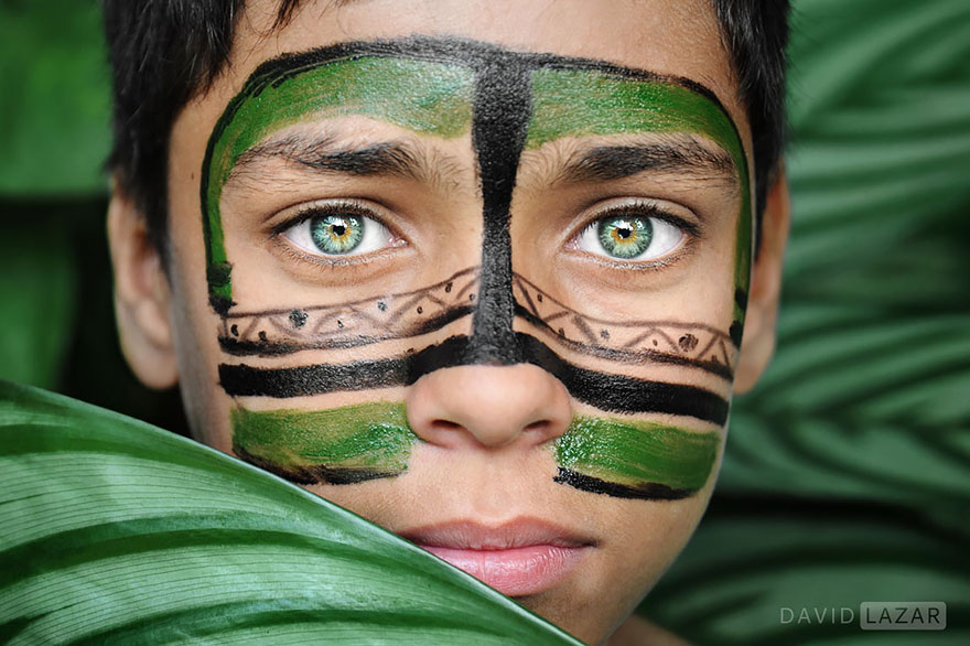 Tradične namaľovaný chlapec zo Sao Paula.