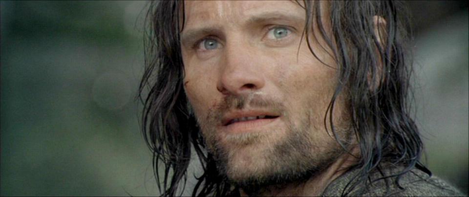 Herec Mortensen Vigo, uprednostňoval pri natáčaní namiesto napodobneniny meča , skutočný, oceľový meč. Ostatní používali meče z hliníka či z gumy.