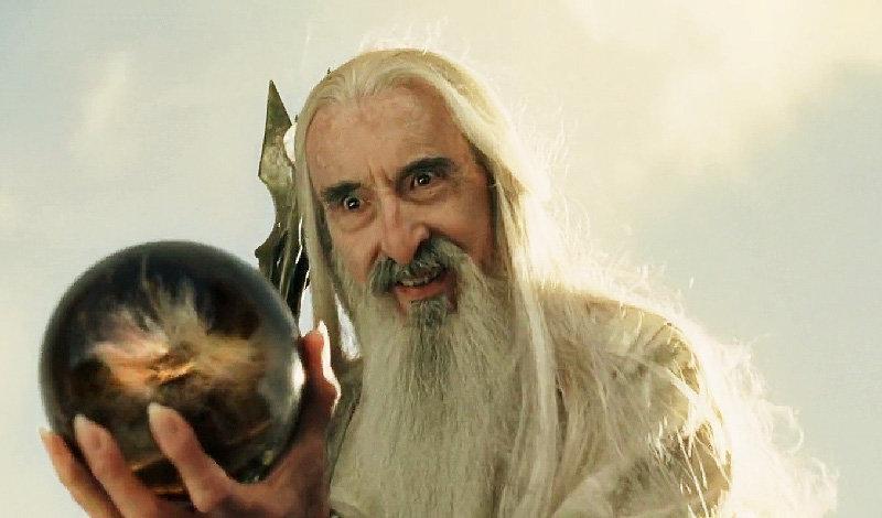 Christopher Lee, ktorý hral Sarumana, nahral a vydal niekoľko metalových albumov, vrátane vianočného albumu. Bol tiež jediný z osadenstva, ktorý sa osobne stretol s Tolkienom. Stalo sa tak v bare v meste Oxford.