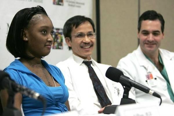 14 ročná D'Zhan Simmons trpela syndrómom slabého a zväčšeného srdca, ktoré si ihneď vyžadovalo transplantáciu. Po transplantácii jej teplo však srdce darcu neprijalo a muselo byť odstránené. Takmer štyri mesiace bola bez srdca, a krv jej do tela prečerpávali len dve umelé čerpadlá. Po 118 dňoch však prišla ďalšia transplantácia srdca, ktorá už bola úspešná.