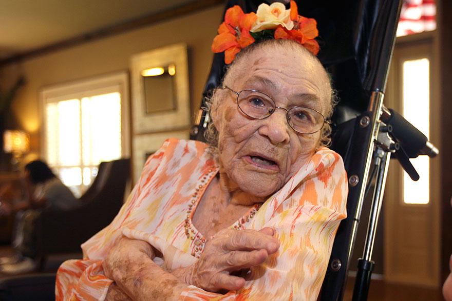 Druhým najstarším človekom na svete je Gertrude Weaver, ktorá sa narodila 4. júla 1898 v USA. Je zároveň najstarším žijúcim Američanom.