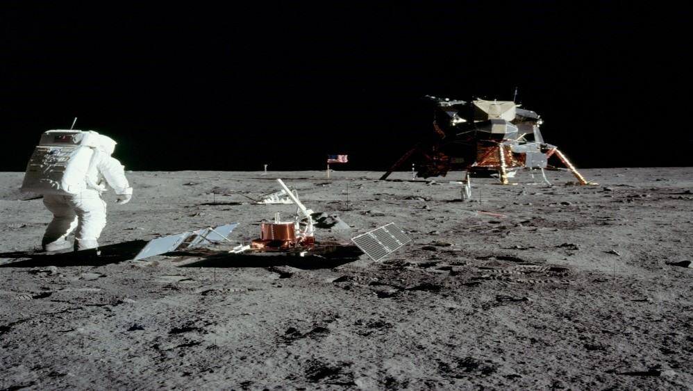"""Viac než jedno storočie pred Apollo 11, spisovateľ Jules Verne vo svojej knihe """"Cesta na Mesiac"""" napísal, že raketa bude vypustená zFloridy smerom na Mesiac. Predpovedal aj meno rakety – teda Apollo. Rovnako predpovedal počet astronautov na palube apocit ako """"bez váhy"""", keď ste na Mesiaci."""