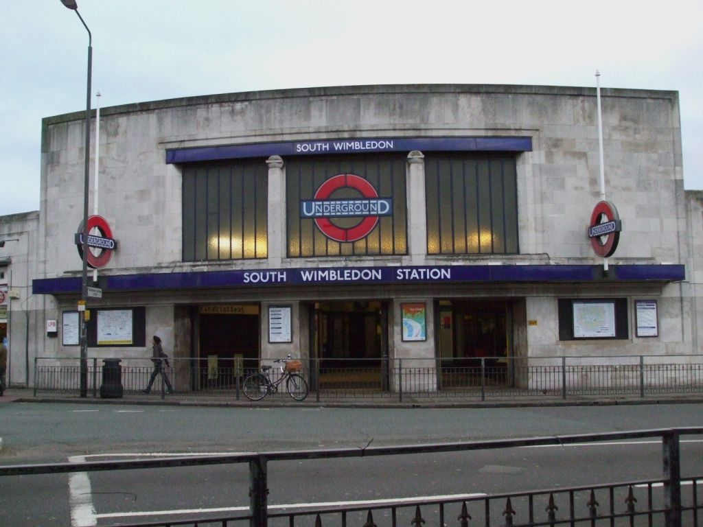 Dňa 2. apríla 1904 na londýnskej stanici Wimbledon nastla hústa hmla, ktorá vyvolala poplach medzi početnými pasažiermi ako aj poriadkovou službou. O niekoľko dní robila správa mesta experiment s osvetlením, ktorý mal nad všetku pochybnosť dokázať prirodzený charakter javu. K údivu skeptikov tento experiment nespôsobil absolútnu čerň. Ľudia sa pochvíli videli, rozoznávali pohyby a obrysy predmetov. Rozpútalo to búrku vedeckých špekulácii i najfantastickejších dohadov. Dodnes je tma v londýnskom metre nevyriešenou záhadou.