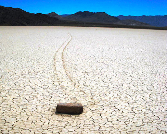 Dvaja americkí geológovia, ktorí skúmali vyschnuté slané jazero pri vstupe do slávneho amerického Údolia smrti, zrazu spozorovali na rovnom teréne v hline a piesku vyryté dráhy. Na ich konci stáli obrovské kamene. Vyzeralo to, akoby čosi kamene posúval po lom teréne len tak. O putujúcich kameňoch však okolití obyvatelia hovorili už dávno pred rokom 1968, ale vedci to prijímali ako žart a na všetko sa zabudlo. Sharp a Carey však zobrali vec vážne. Označili polohu 25 najväčších kameňov kovovými stĺpikmi a sledovali, čo sa bude diať...