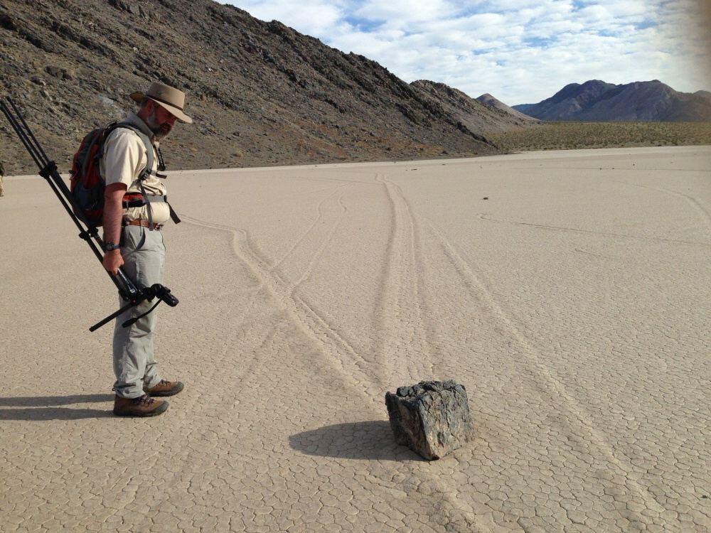 """Skaly sa však ani nepohli. Keď vedci po troch mesiacoch odišli, aby sa """"po pol roku znova vrátili, zistili, že kamene sa """"pohli, zanechajúc po sebe výraznú stopu. Jeden sa posunul niekoľko stoviek metrov na sever potom sa obrátil na juh. Ďalšie """"prešli"""" dokonca niekoľko kilometrov. Niekedy sa premiestňovali celé skupiny inokedy sa vydal na cestu len jeden. Keďže skaly putovali Údolím smrti najmä v zime, geológovia dospeli k názoru, že to spôsobujú kusy ľadu, ktoré sa na prelome zimy a jari uvoľňujú a tlačia skaly. Tak sa zdá, že skaly putujú vlastnou silou. Obklopili preto kamene kovovými stĺpikmi, aby zabránili kusom radu nimi pohnúť. Ibaže skaly naďalej putovali. A vedci naďalej nedokázali určiť, aká sila im prikazuje, aby """"chodili"""". Ešte zvláštnejšie je, že napriek pozorovaniam sa doteraz nikomu nepodarilo vidieť ani jeden putujúci kus kameňa."""