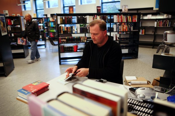 Knihovňa v Nórskej väznici je plná najnovších časopisov, kníh a dvd.