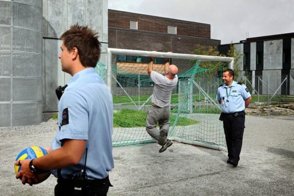Dozorcovia pri sebe nenosia zbrane a sú k väzňom priateľský.